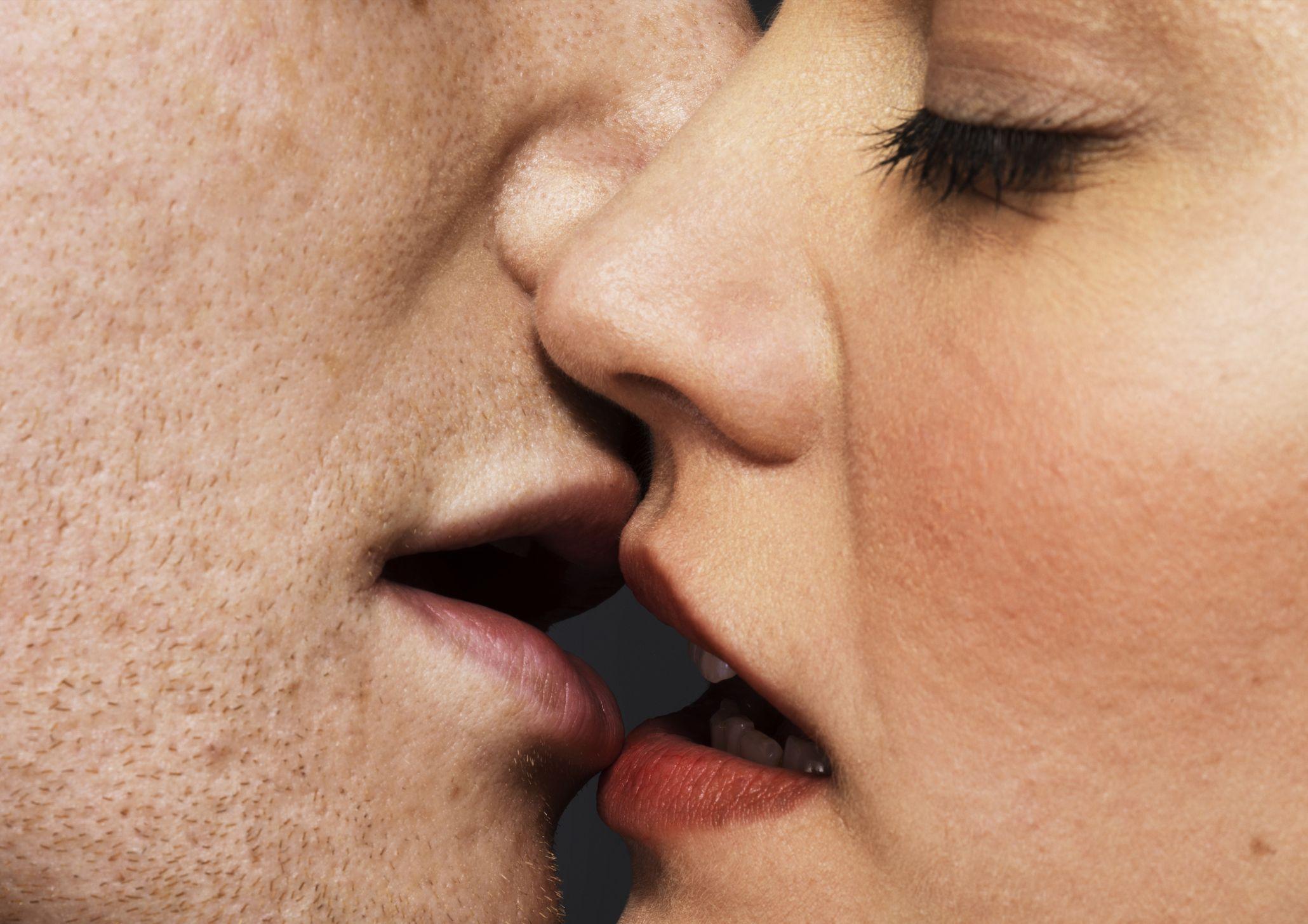 Sărutul mai periculos decât fumatul. Crește riscul de cancer oral și de gât - Doctorul zilei