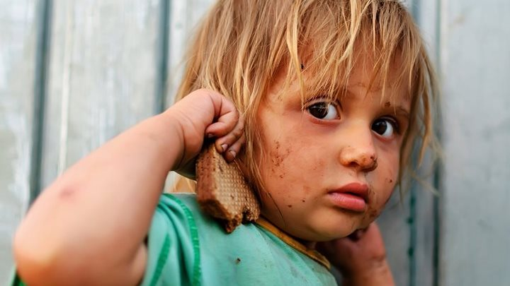 EXCLUSIV Cu hainele rupte, desculțe și flămânde. Povestea a patru fetițe abandonate de mamă